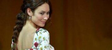 Ольга Куриленко представила свой новый фильм в платье в украинском стиле и с косой