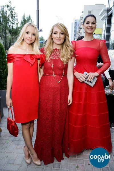 Слева направо: Ирина Турбаевская, Ася Мхитарян и Маша Ефросинина на открытии бутика Valentino