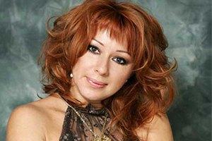 Алена Апина работает школьным учителем музыки