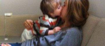 Актриса Алисия Сильверстоун кормит сына изо рта в рот