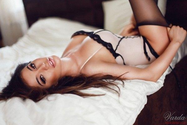 Танцовщица Варда позировала фотографу девушке по всей квартире