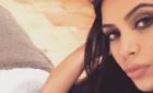 Ким Кардашьян позирует в кровати голышом