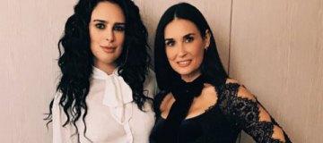 Как сестры: Деми Мур вышла в свет с дочкой