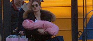 Асмус и Харламов отдыхают с дочкой в Риге