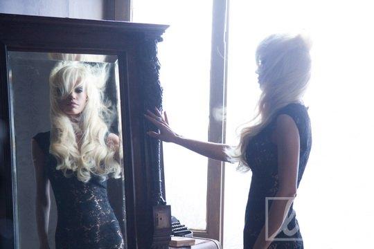 За время съемок героиня нового клипа Григория Лепса сменила несколько образов