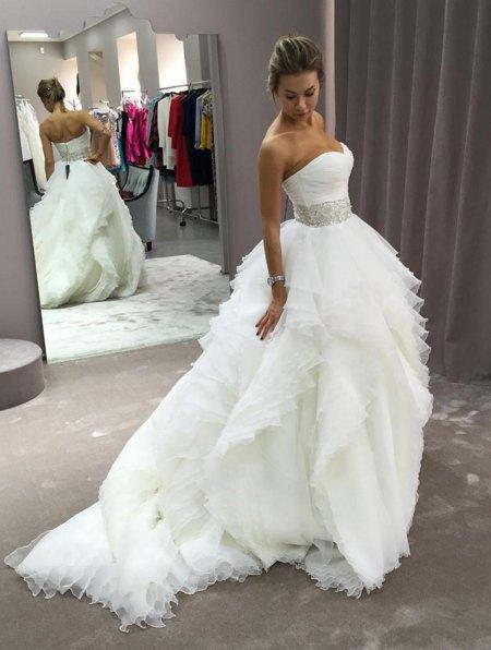 Полина Логунова выбирает платье для свадьбы, намеченной на лето