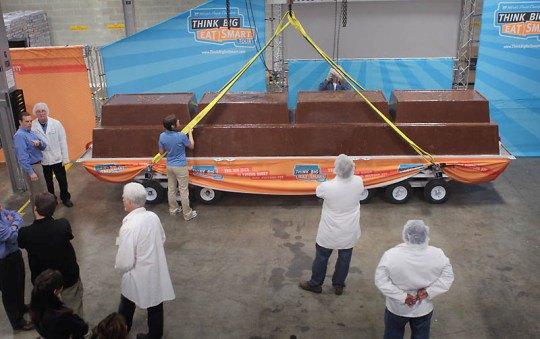 Рабочие компании «Worlds Finest Chocolate» готовятся взвесить шоколадку, которая, как они надеются, станет самой большой в мире
