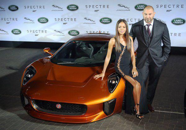 """Сыгравшие в """"Спектре"""" актеры Наоми Харрис и Дейд Батиста представляют новый Jaguar C-X75 на """"Джеймс Бонд Пати"""" международного автосалона."""