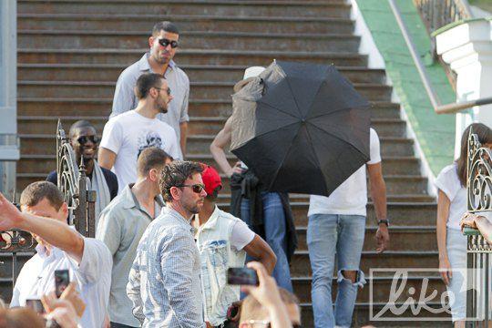 Мадонна так и не выглянула из под зонта