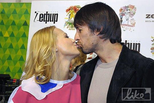 Александр Шовковский поддерживает свою супругу по всем