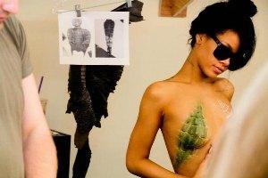 Рианна выложила в соцсети фото с обнаженной грудью