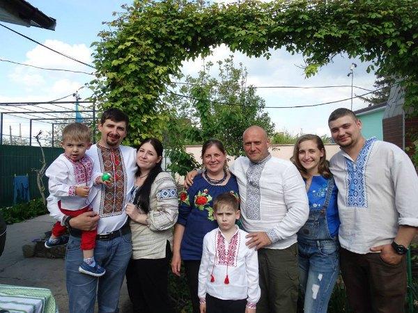 Дмитрий Ярош с женой и сыном Дмитрием (в центре), дочь Ирина с мужем (справа) и дочь Анастасия с мужем и сыном