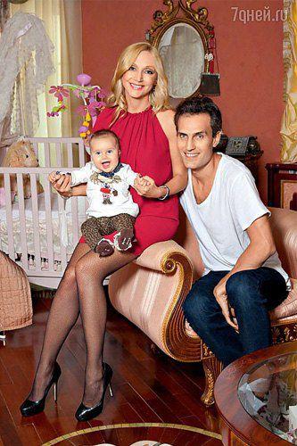 Кристина Орбакайте с мужем Михаилом и дочкой Клавой