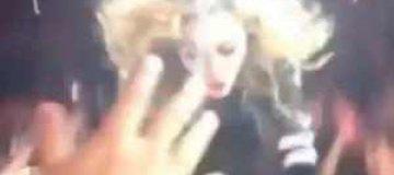 Мадонна упала на сцену во время концерта в Далласе