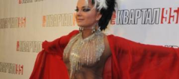 Наташа Королева вышла к журналистам в костюме Евы