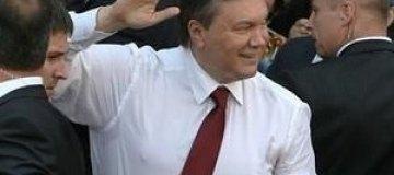 """Янукович носит на груди распятие """"Вход благоразумного разбойника в Рай"""""""