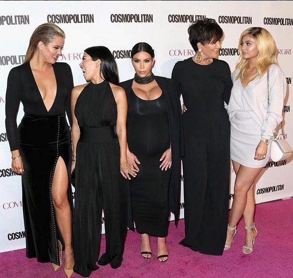 Даже с накинутым на плечи пиджаком, который по замыслу стилистов вытягивает силуэт, Ким выглядит приземистой и крупной на фоне своих сестер и матери