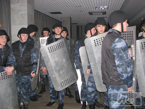 "Парни в костюмах наделали шума во Дворце ""Украина"""