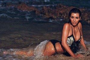 Ким Кардашьян в знойной пляжной фотосессии