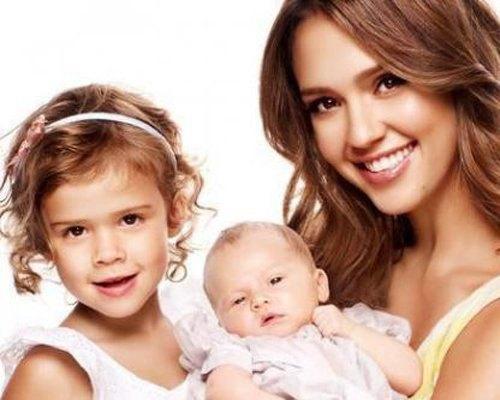 Актриса с обеими дочерьми - трехлетней Онор Мари Уоррен и двухмесячной Хэвен