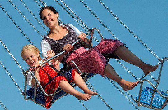Мать и дочь катаются на карусели на 178-м «Октоберфесте» на лугу Терезы в Мюнхене