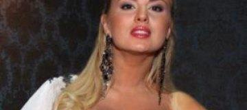 Семенович затянула грудь в свадебный корсет
