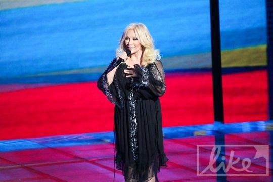 Таисия Повалий выступал на фоне цветов украинского и российского флага