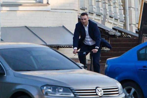 В Сети уже вовсю обсуждают, как Кличко объезжал запаркованные повсюду в центре автомобили