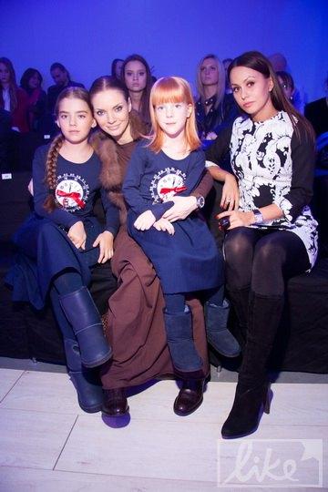 Наталья Окунская с дочками и подругой