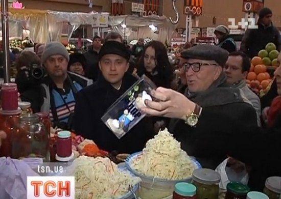 Охрана политика подарила продавщице куклу Жириновского