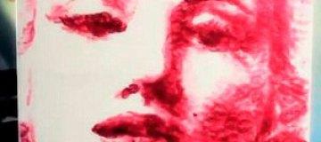 Американская художница создает портреты своими поцелуями