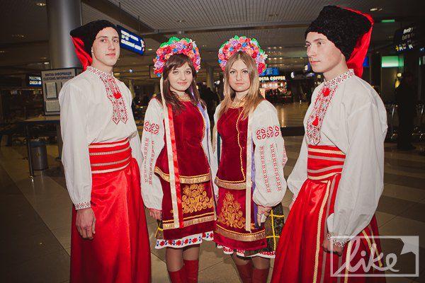 Победительницу встречали молодые люди в национальных костюмах