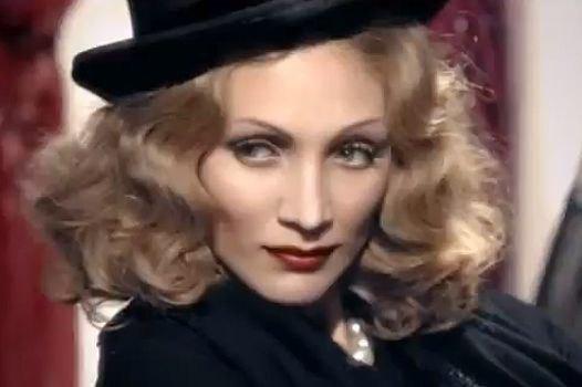 В рекламе парфюма появилась и умершая в 1992 году Марлен Дитрих