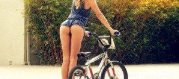 Полуголая Келли Хазел прокатилась на велосипеде