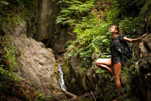 Руслана в древних лесах карпатских гор