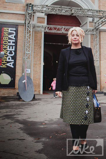 Анна Герман поверх брюк надела юбку Prada