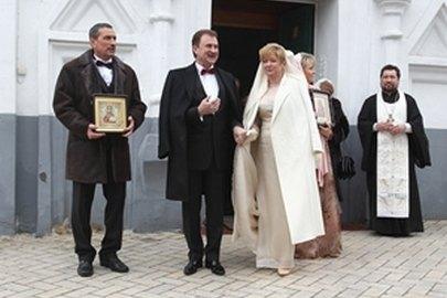 Александр Попов с супругой на территории Фроловского монастыря