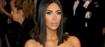 Ким Кардашьян вышла в свет с едва прикрытой грудью