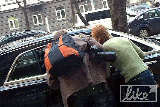 Игорь Воронов пытается договориться к фотокорреспондентами