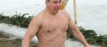 Валерий Гелетей нырнул в ледяную прорубь на Крещение
