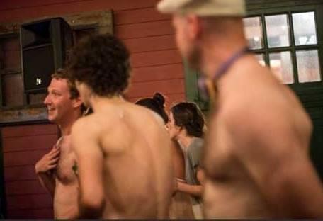 Марк Цукерберг (слева) в компании мужчин