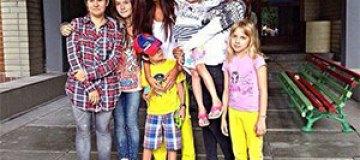 Санта Димопулос и Мисс Украина Вселенная 2014 помогли детям с зоны АТО