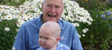 Буш-старший побрился налысо ради больного ребенка