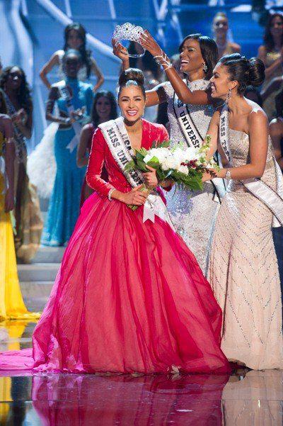 """По традиции победительница получила корону из рук прошлогодней """"Мисс Вселенной"""" Лейлы Лопеc"""
