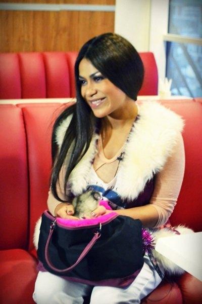 """Гайтана с щенком, которого она прозвала """"пандой"""""""
