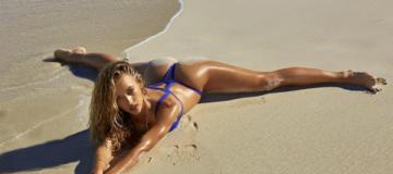 Звезда Sports Illustrated восхитительно обнажилась на пляже