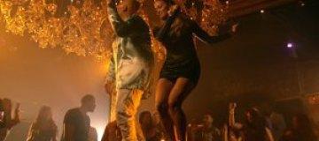 Дженнифер Лопес устроила танцы на столе в ночном клубе