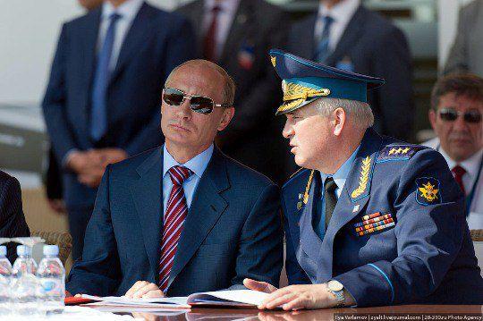 Владимир Путин как ни в чем не бывало любовался полетами