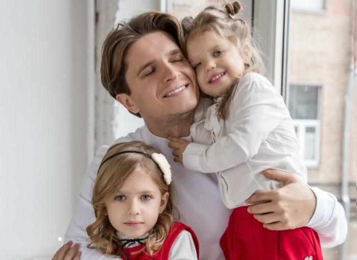Анатолий Анатолич с дочерьми Алисой и Лолитой
