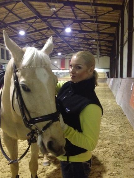 Волочкова делает все, чтобы конь Лжец стал похожим на нее